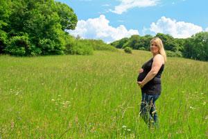 Schwangere Frau auf einer hübschen Blumenwiese
